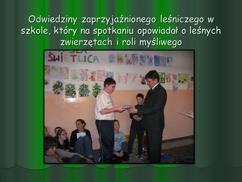 Odwiedziny zaprzyjaźnionego leśniczego w szkole, który na spotkaniu opowiadał o leśnych zwierzętach i roli myśliwego