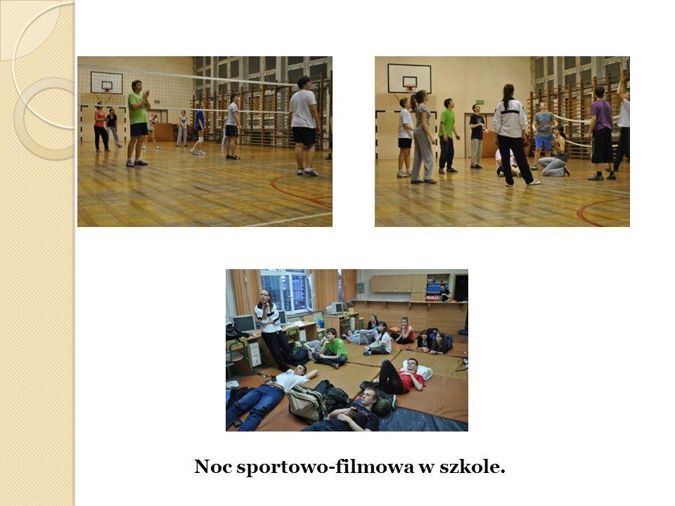 Noc sportowo-filmowa w szkole.