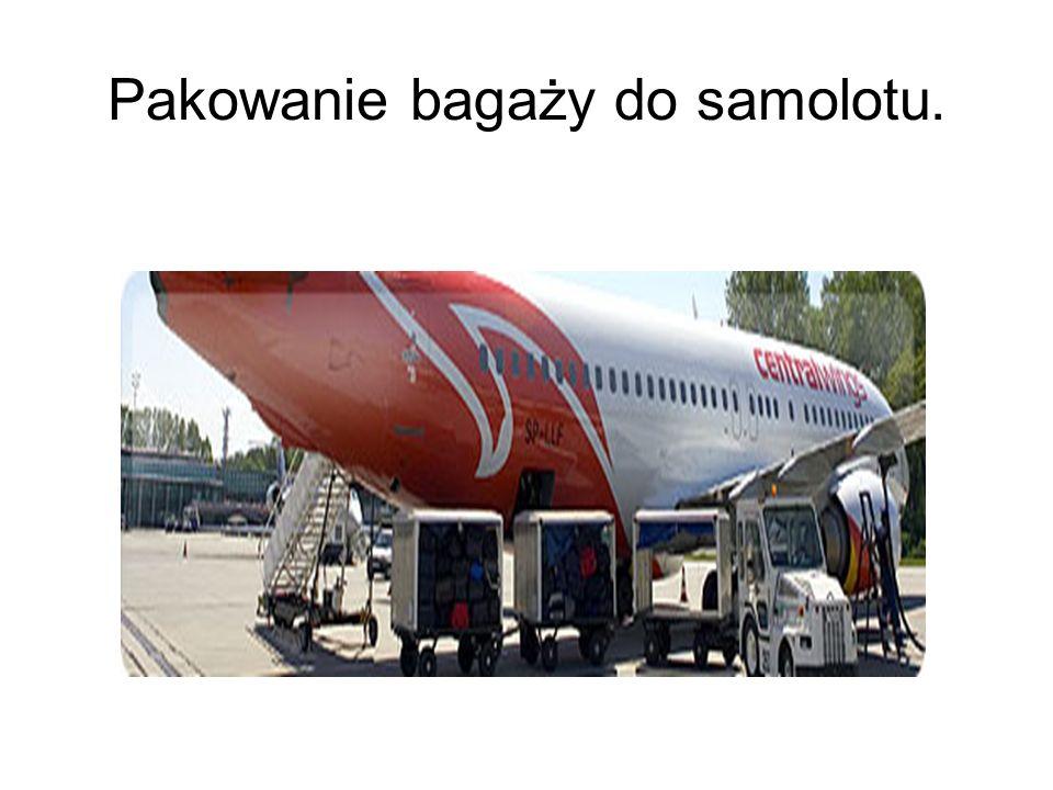 Pakowanie bagaży do samolotu.