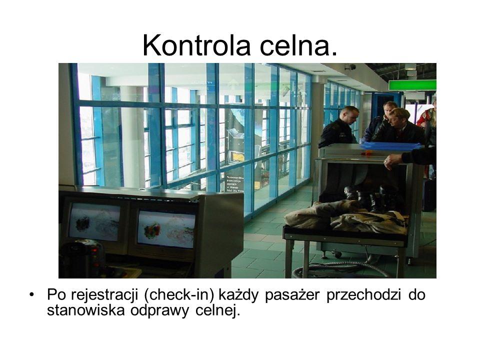 Kontrola celna. Po rejestracji (check-in) każdy pasażer przechodzi do stanowiska odprawy celnej.