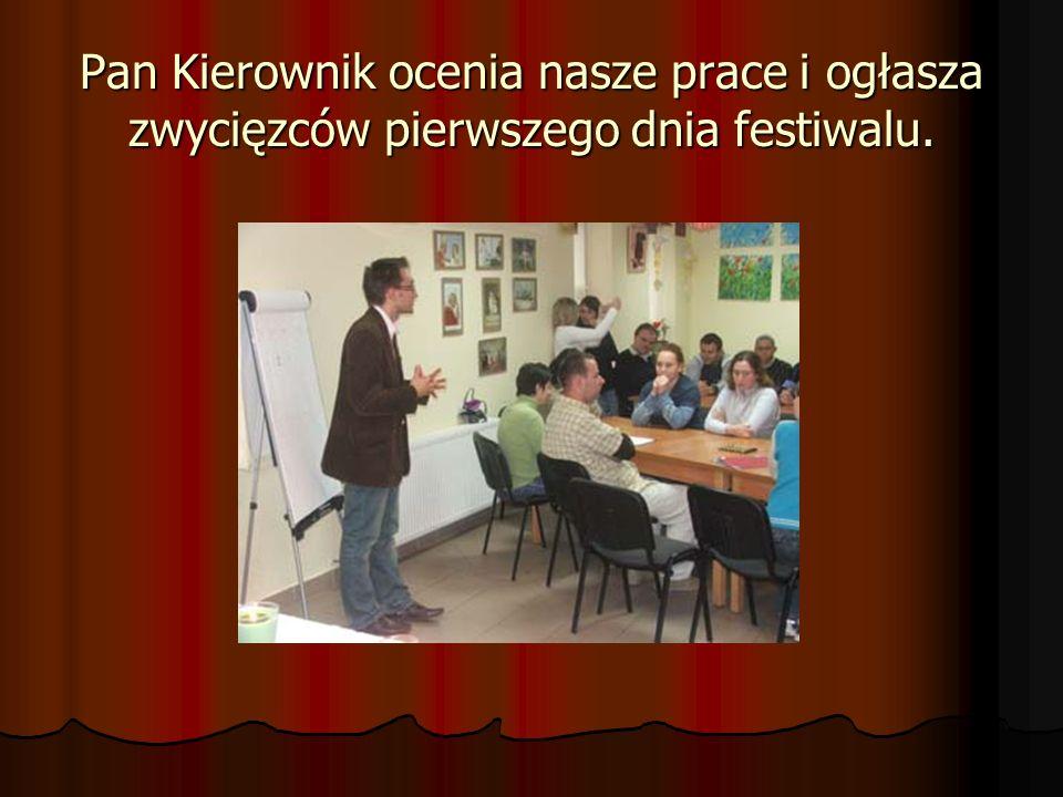 Pan Kierownik ocenia nasze prace i ogłasza zwycięzców pierwszego dnia festiwalu.