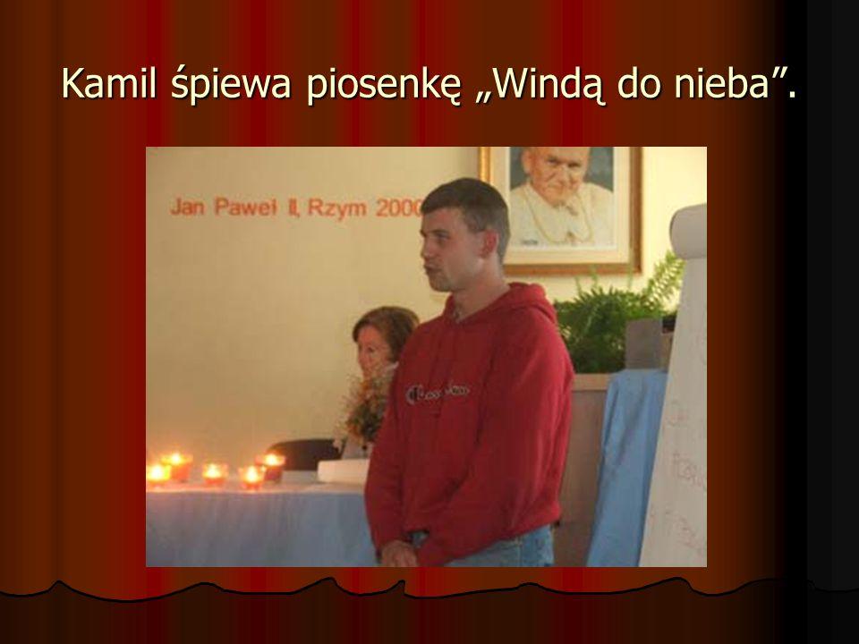 "Kamil śpiewa piosenkę ""Windą do nieba ."