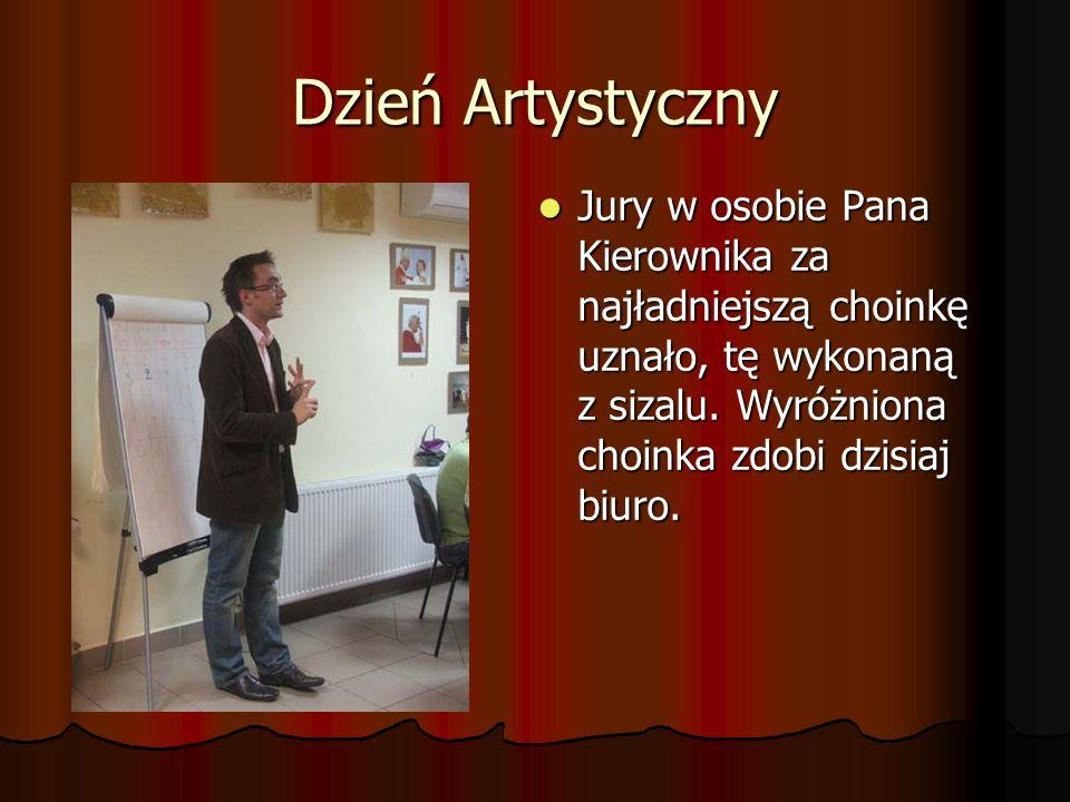 Dzień Artystyczny Jury w osobie Pana Kierownika za najładniejszą choinkę uznało, tę wykonaną z sizalu.