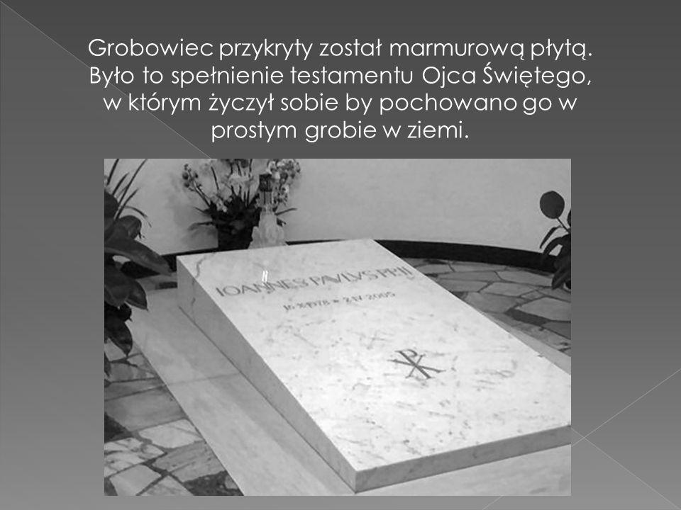 Grobowiec przykryty został marmurową płytą