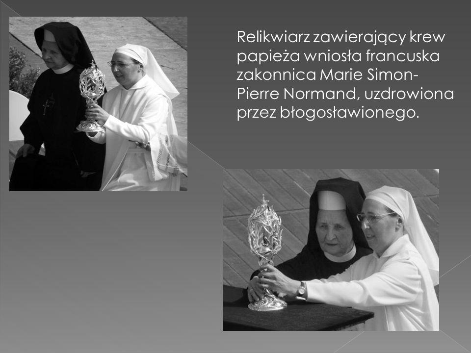 Relikwiarz zawierający krew papieża wniosła francuska zakonnica Marie Simon-Pierre Normand, uzdrowiona przez błogosławionego.
