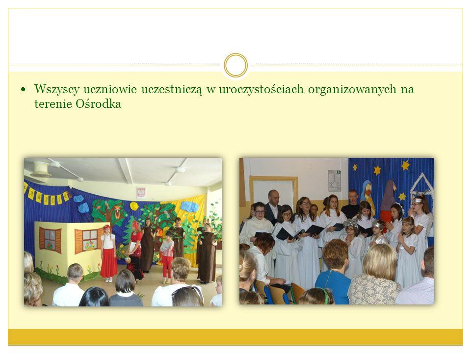 Wszyscy uczniowie uczestniczą w uroczystościach organizowanych na terenie Ośrodka