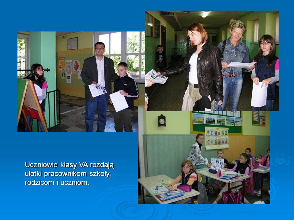 Uczniowie klasy VA rozdają ulotki pracownikom szkoły, rodzicom i uczniom.