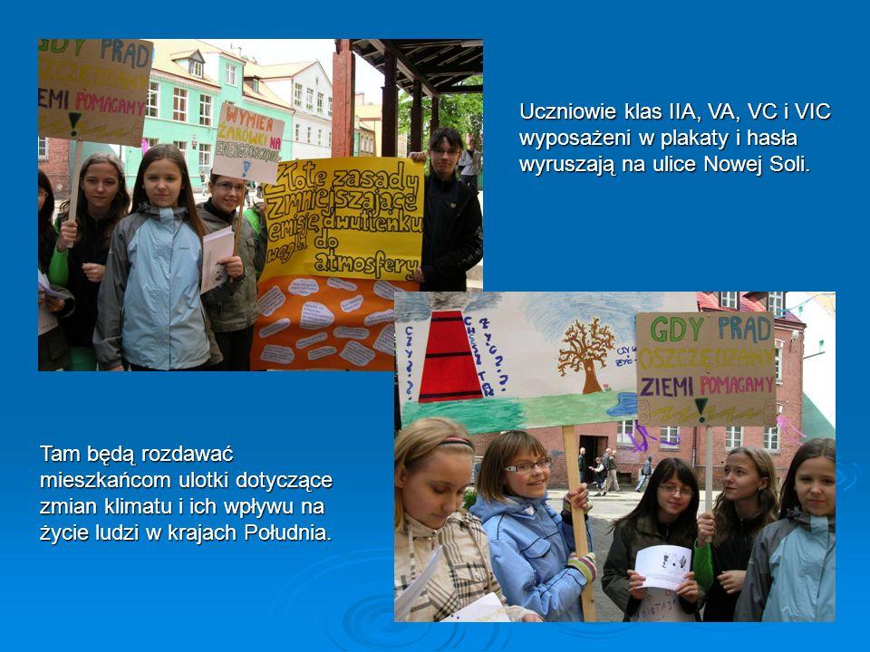 Uczniowie klas IIA, VA, VC i VIC wyposażeni w plakaty i hasła wyruszają na ulice Nowej Soli.