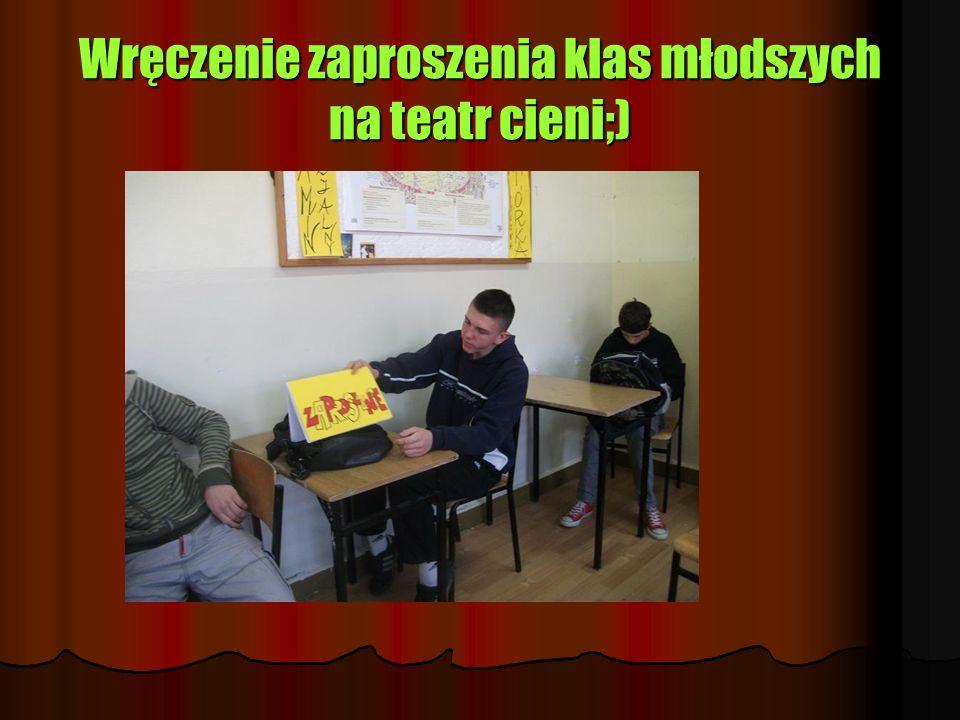 Wręczenie zaproszenia klas młodszych na teatr cieni;)