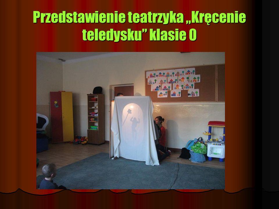 """Przedstawienie teatrzyka """"Kręcenie teledysku klasie 0"""