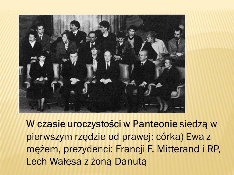 W czasie uroczystości w Panteonie siedzą w pierwszym rzędzie od prawej: córka) Ewa z mężem, prezydenci: Francji F.