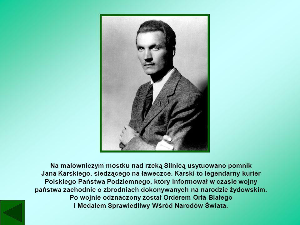 Na malowniczym mostku nad rzeką Silnicą usytuowano pomnik Jana Karskiego, siedzącego na ławeczce.