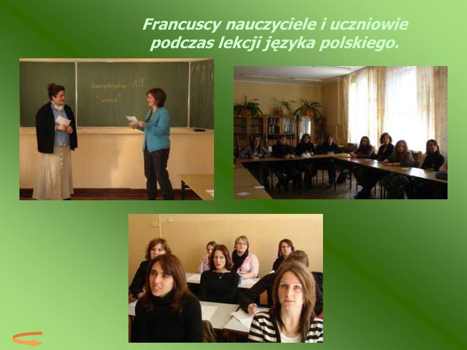 Francuscy nauczyciele i uczniowie podczas lekcji języka polskiego.