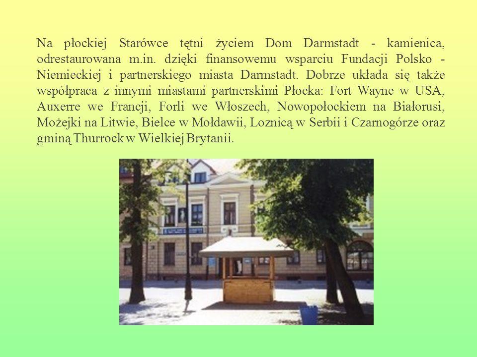 Na płockiej Starówce tętni życiem Dom Darmstadt - kamienica, odrestaurowana m.in. dzięki finansowemu wsparciu Fundacji Polsko - Niemieckiej i partnerskiego miasta Darmstadt. Dobrze układa się także współpraca z innymi miastami partnerskimi Płocka: Fort Wayne w USA, Auxerre we Francji, Forli we Włoszech, Nowopołockiem na Białorusi, Możejki na Litwie, Bielce w Mołdawii, Loznicą w Serbii i Czarnogórze oraz gminą Thurrock w Wielkiej Brytanii.