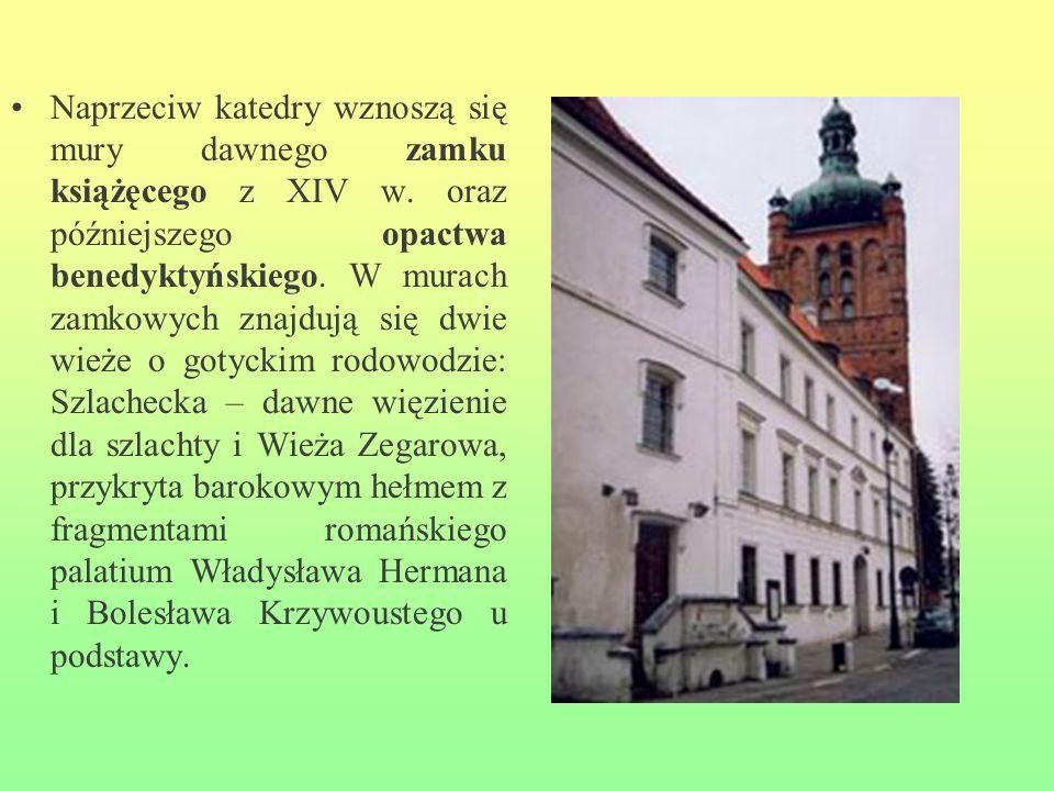 Naprzeciw katedry wznoszą się mury dawnego zamku książęcego z XIV w