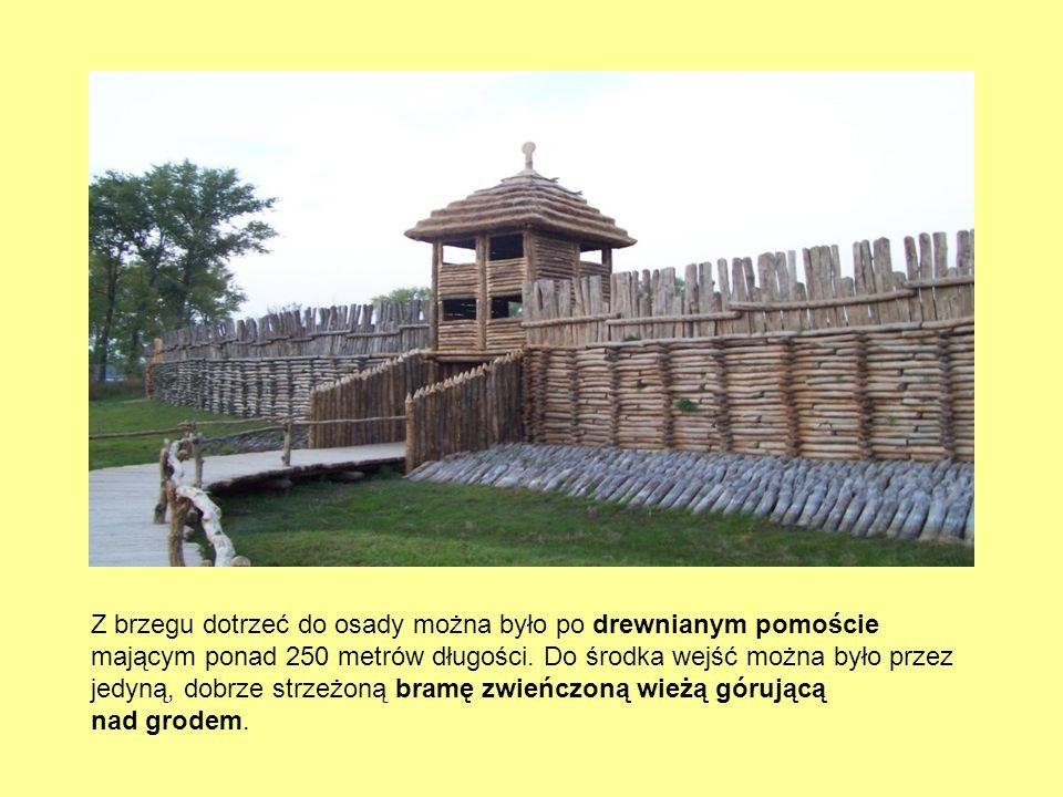 Z brzegu dotrzeć do osady można było po drewnianym pomoście mającym ponad 250 metrów długości.