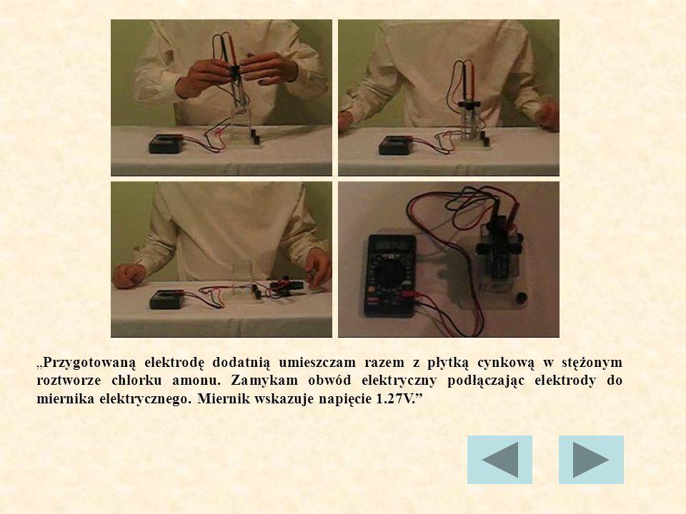 """""""Przygotowaną elektrodę dodatnią umieszczam razem z płytką cynkową w stężonym roztworze chlorku amonu."""