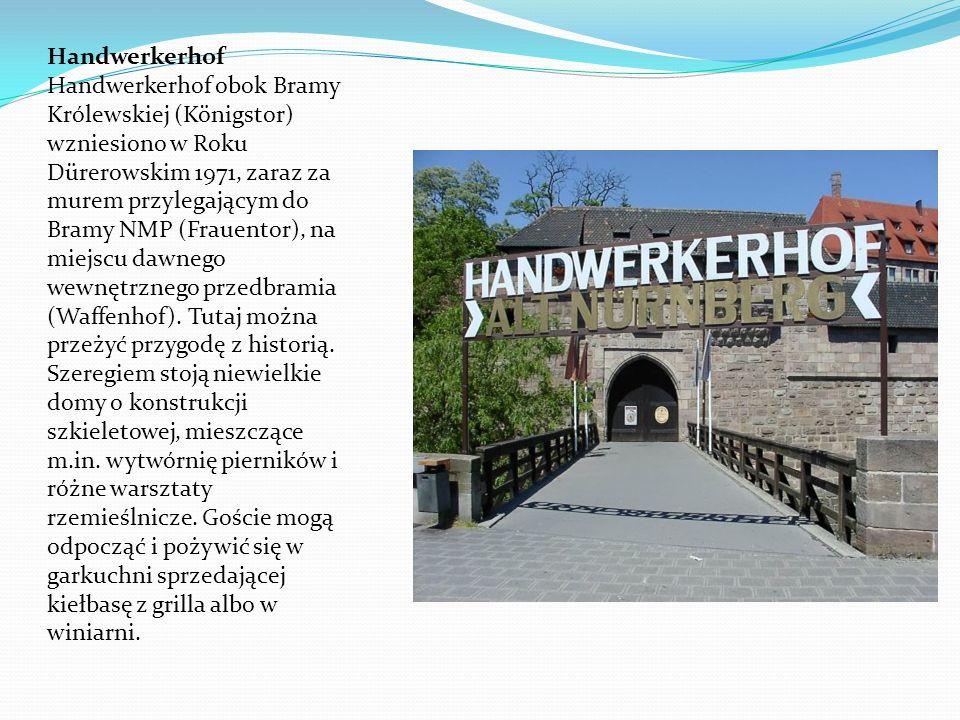 Handwerkerhof Handwerkerhof obok Bramy Królewskiej (Königstor) wzniesiono w Roku Dürerowskim 1971, zaraz za murem przylegającym do Bramy NMP (Frauentor), na miejscu dawnego wewnętrznego przedbramia (Waffenhof).