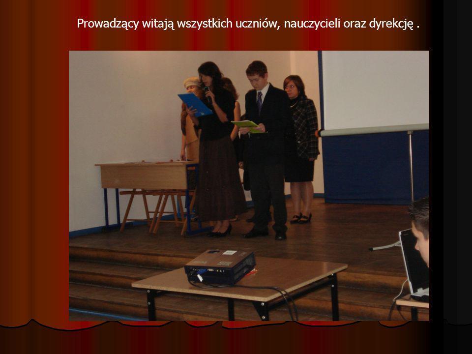 Prowadzący witają wszystkich uczniów, nauczycieli oraz dyrekcję .
