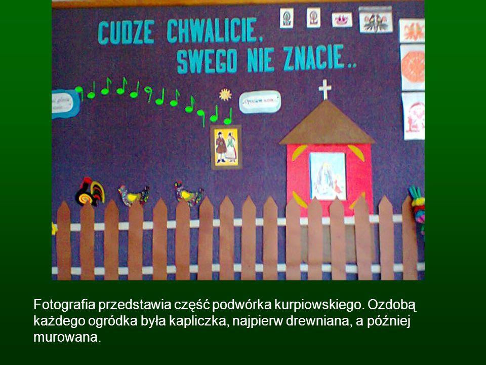 Fotografia przedstawia część podwórka kurpiowskiego