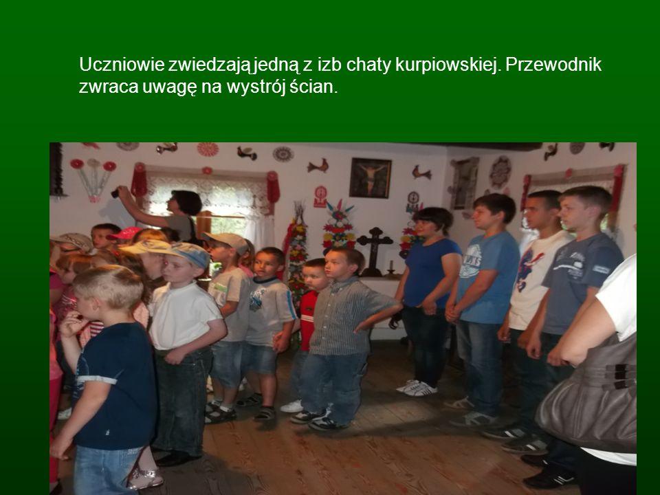 Uczniowie zwiedzają jedną z izb chaty kurpiowskiej