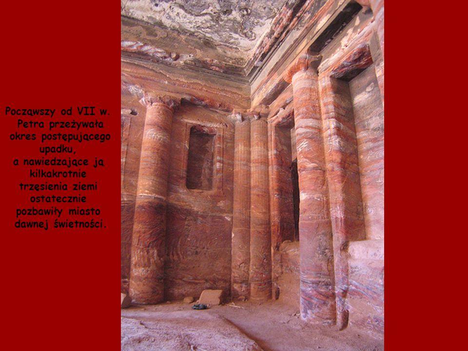 Począwszy od VII w. Petra przeżywała. okres postępującego. upadku, a nawiedzające ją. kilkakrotnie.