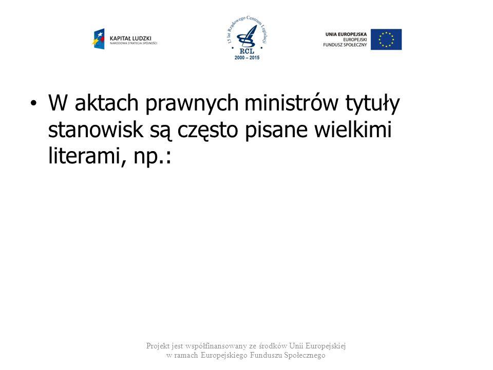 W aktach prawnych ministrów tytuły stanowisk są często pisane wielkimi literami, np.: