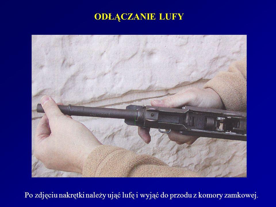 ODŁĄCZANIE LUFY Po zdjęciu nakrętki należy ująć lufę i wyjąć do przodu z komory zamkowej.