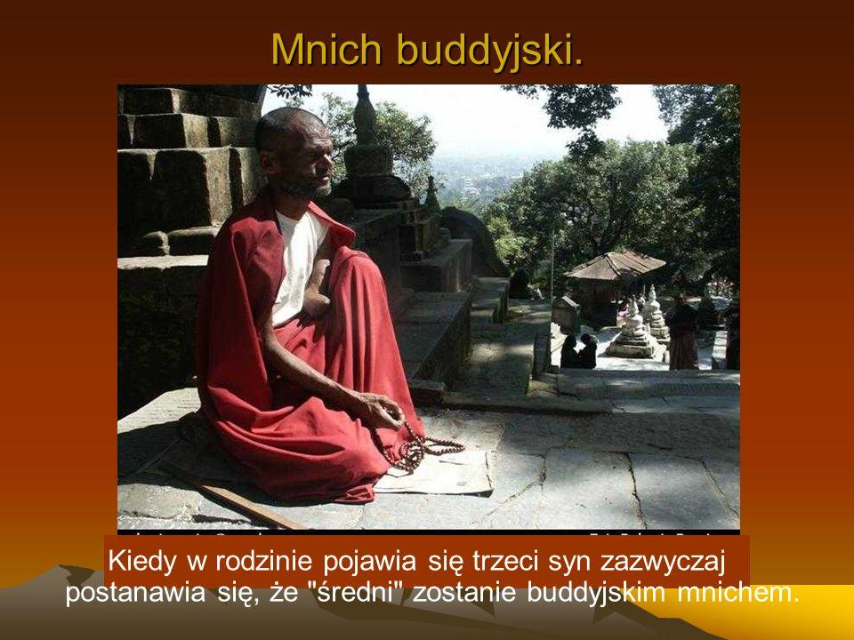 Mnich buddyjski.Kiedy w rodzinie pojawia się trzeci syn zazwyczaj postanawia się, że średni zostanie buddyjskim mnichem.