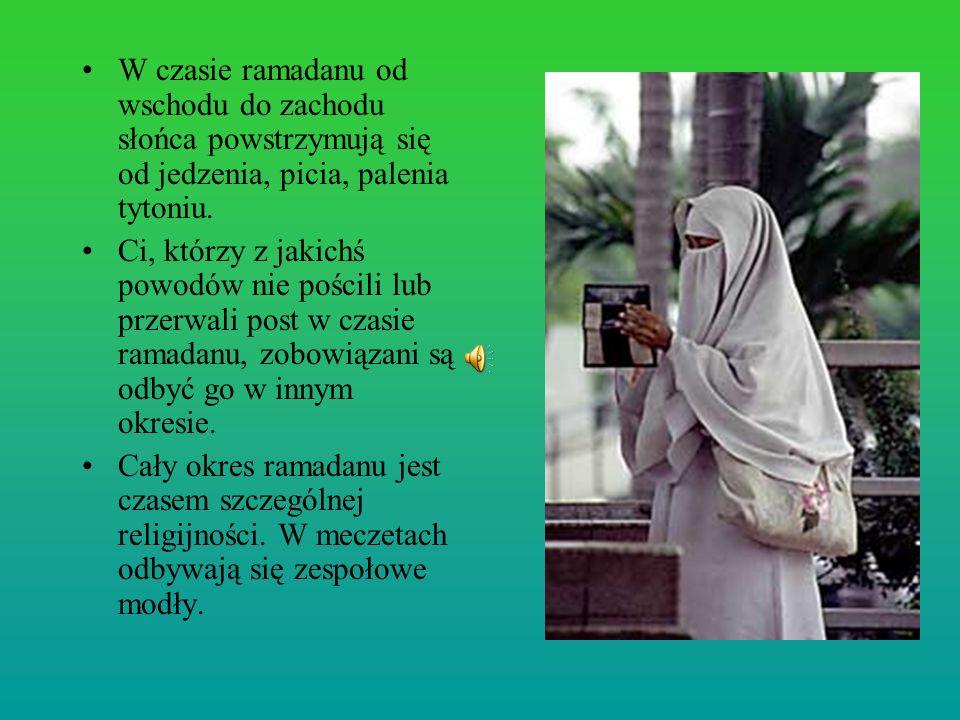 W czasie ramadanu od wschodu do zachodu słońca powstrzymują się od jedzenia, picia, palenia tytoniu.