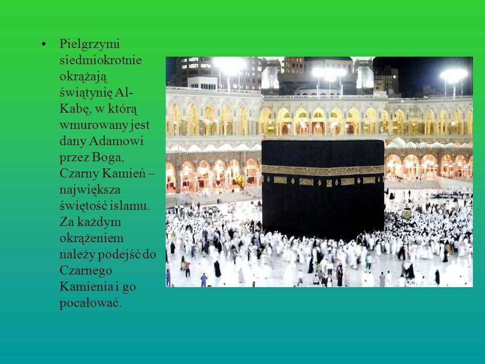 Pielgrzymi siedmiokrotnie okrążają świątynię Al-Kabę, w którą wmurowany jest dany Adamowi przez Boga, Czarny Kamień – największa świętość islamu.