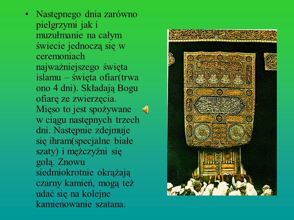 Następnego dnia zarówno pielgrzymi jak i muzułmanie na całym świecie jednoczą się w ceremoniach najważniejszego święta islamu – święta ofiar(trwa ono 4 dni).