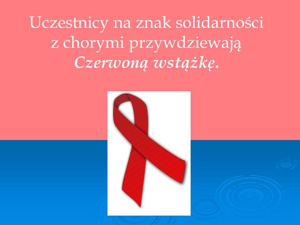 Uczestnicy na znak solidarności z chorymi przywdziewają Czerwoną wstążkę.