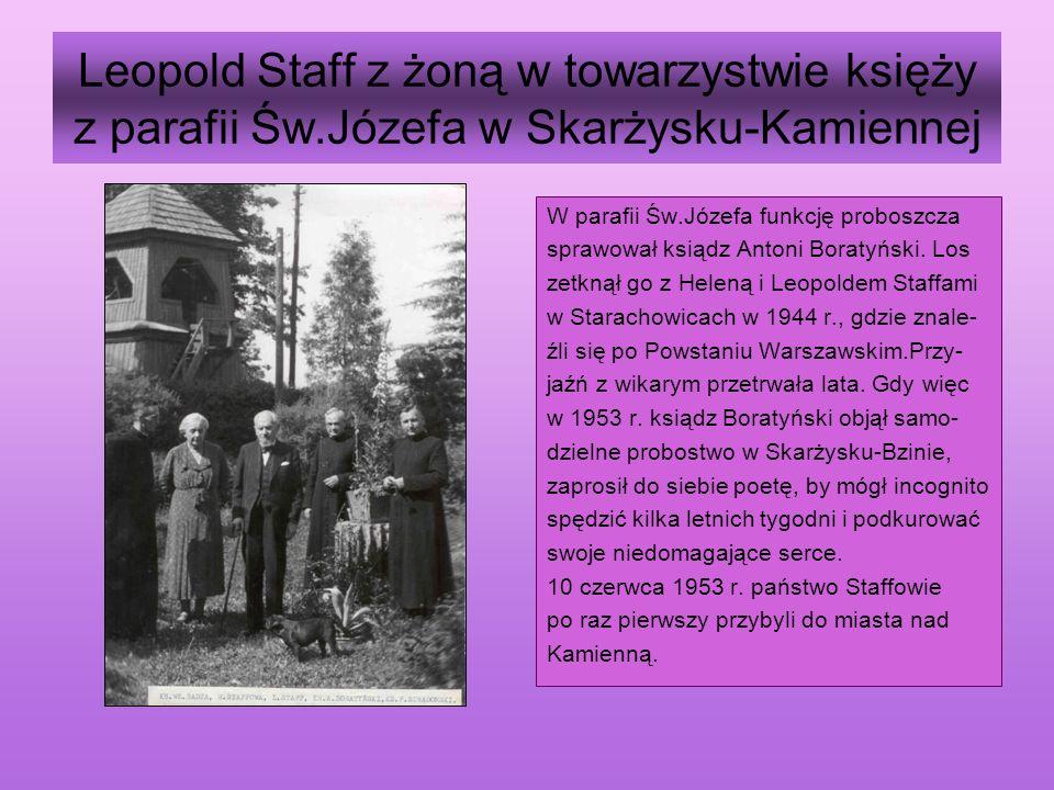 Leopold Staff z żoną w towarzystwie księży z parafii Św