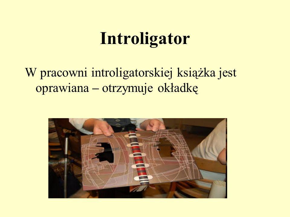 Introligator W pracowni introligatorskiej książka jest oprawiana – otrzymuje okładkę