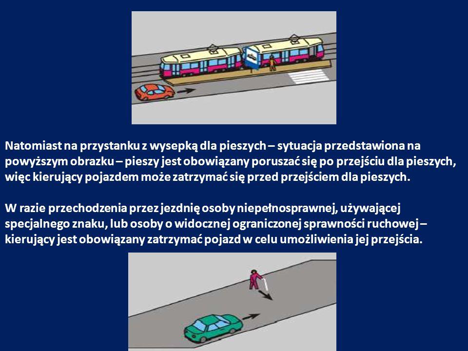 Natomiast na przystanku z wysepką dla pieszych – sytuacja przedstawiona na powyższym obrazku – pieszy jest obowiązany poruszać się po przejściu dla pieszych, więc kierujący pojazdem może zatrzymać się przed przejściem dla pieszych.