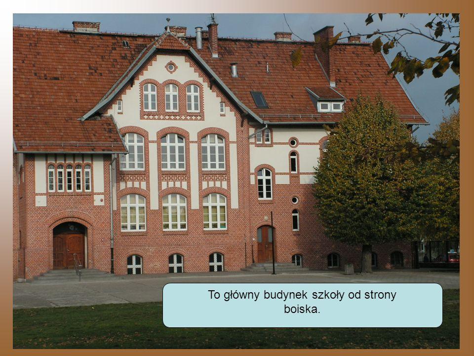 To główny budynek szkoły od strony
