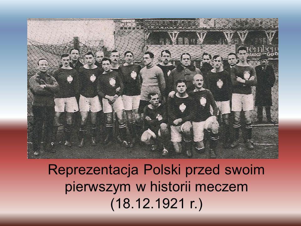 Reprezentacja Polski przed swoim pierwszym w historii meczem (18. 12