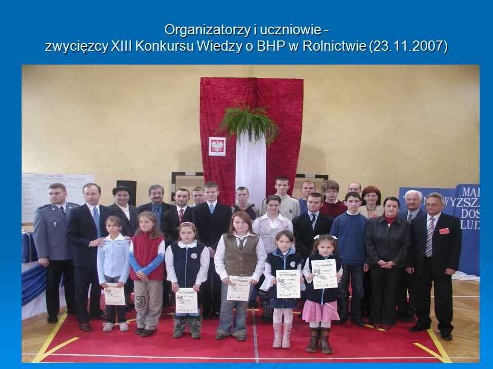 Organizatorzy i uczniowie - zwycięzcy XIII Konkursu Wiedzy o BHP w Rolnictwie (23.11.2007)