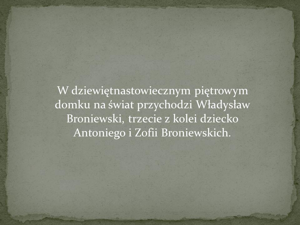 W dziewiętnastowiecznym piętrowym domku na świat przychodzi Władysław Broniewski, trzecie z kolei dziecko Antoniego i Zofii Broniewskich.