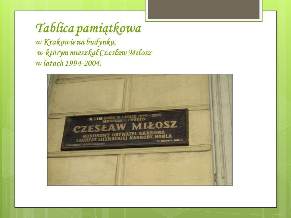 Tablica pamiątkowa w Krakowie na budynku, w którym mieszkał Czesław Miłosz w latach 1994-2004.