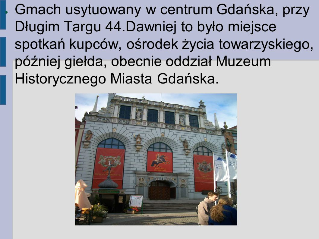 Gmach usytuowany w centrum Gdańska, przy Długim Targu 44