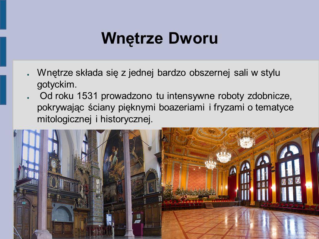 Wnętrze Dworu Wnętrze składa się z jednej bardzo obszernej sali w stylu gotyckim.
