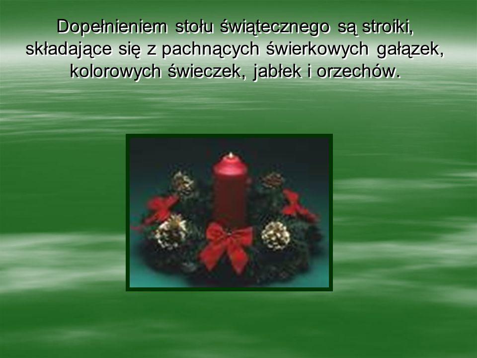 Dopełnieniem stołu świątecznego są stroiki, składające się z pachnących świerkowych gałązek, kolorowych świeczek, jabłek i orzechów.
