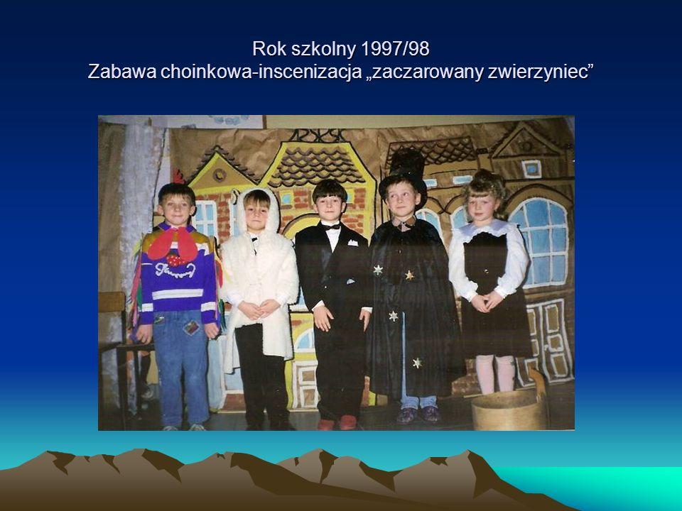 """Rok szkolny 1997/98 Zabawa choinkowa-inscenizacja """"zaczarowany zwierzyniec"""