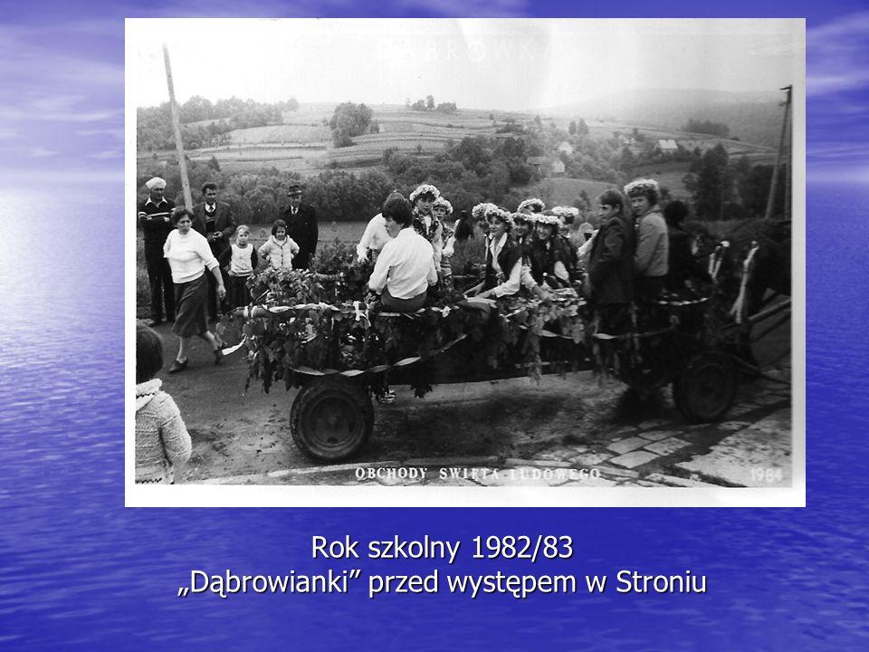 """Rok szkolny 1982/83 """"Dąbrowianki przed występem w Stroniu"""