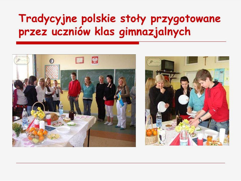Tradycyjne polskie stoły przygotowane przez uczniów klas gimnazjalnych