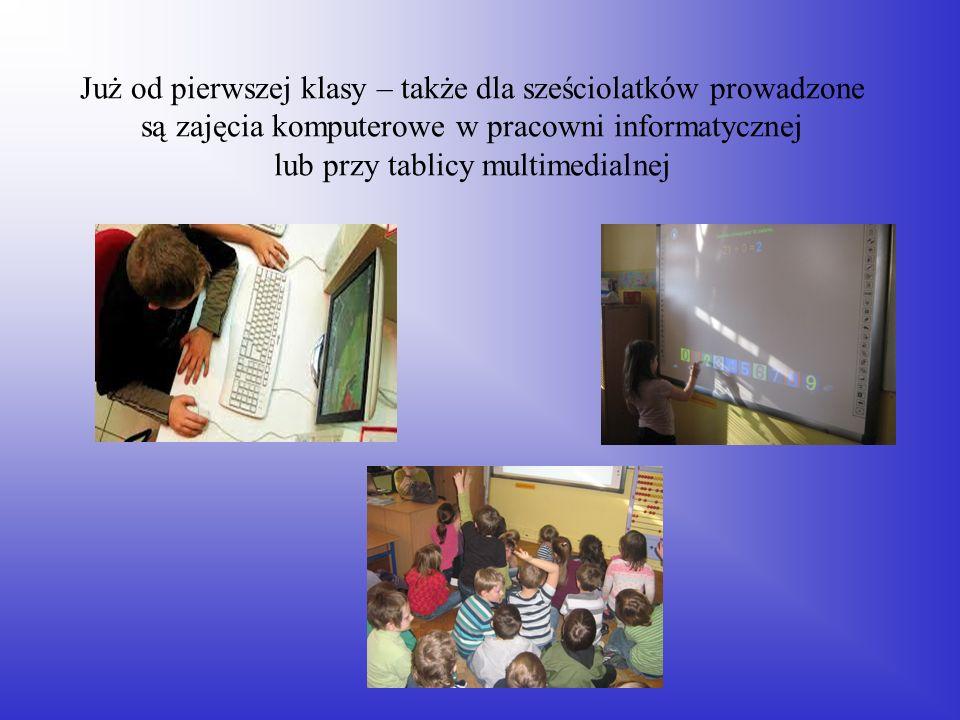 Już od pierwszej klasy – także dla sześciolatków prowadzone są zajęcia komputerowe w pracowni informatycznej lub przy tablicy multimedialnej
