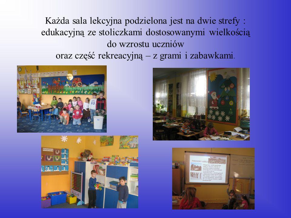Każda sala lekcyjna podzielona jest na dwie strefy : edukacyjną ze stoliczkami dostosowanymi wielkością do wzrostu uczniów oraz część rekreacyjną – z grami i zabawkami.
