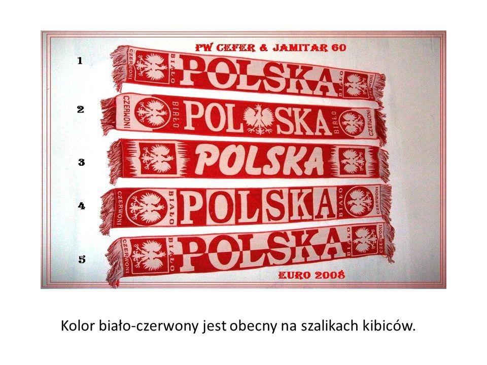 Kolor biało-czerwony jest obecny na szalikach kibiców.